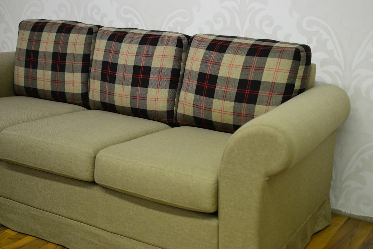 Olokoodi M 3-istuttava sohva helmalla, Scotti kangas